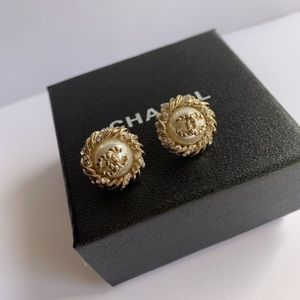 ✨CHANEL✨Authentic Stud Pearl CC logo Earrings